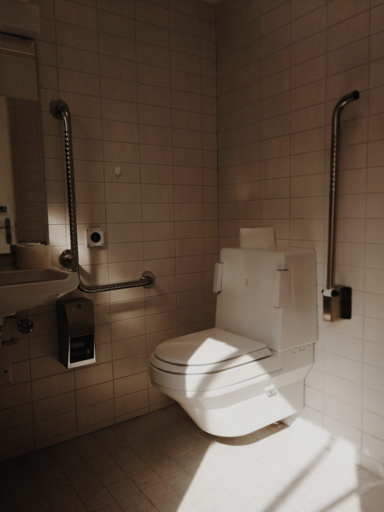 rollstuhlgerechte Toilette