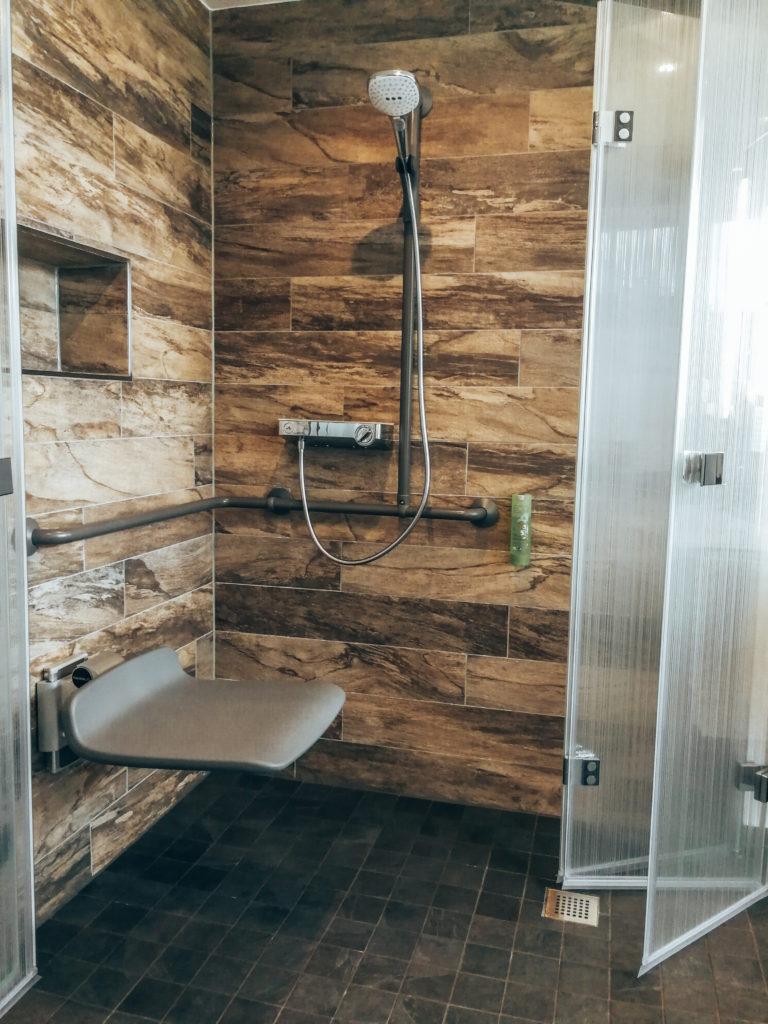 Dusche mit Sitz
