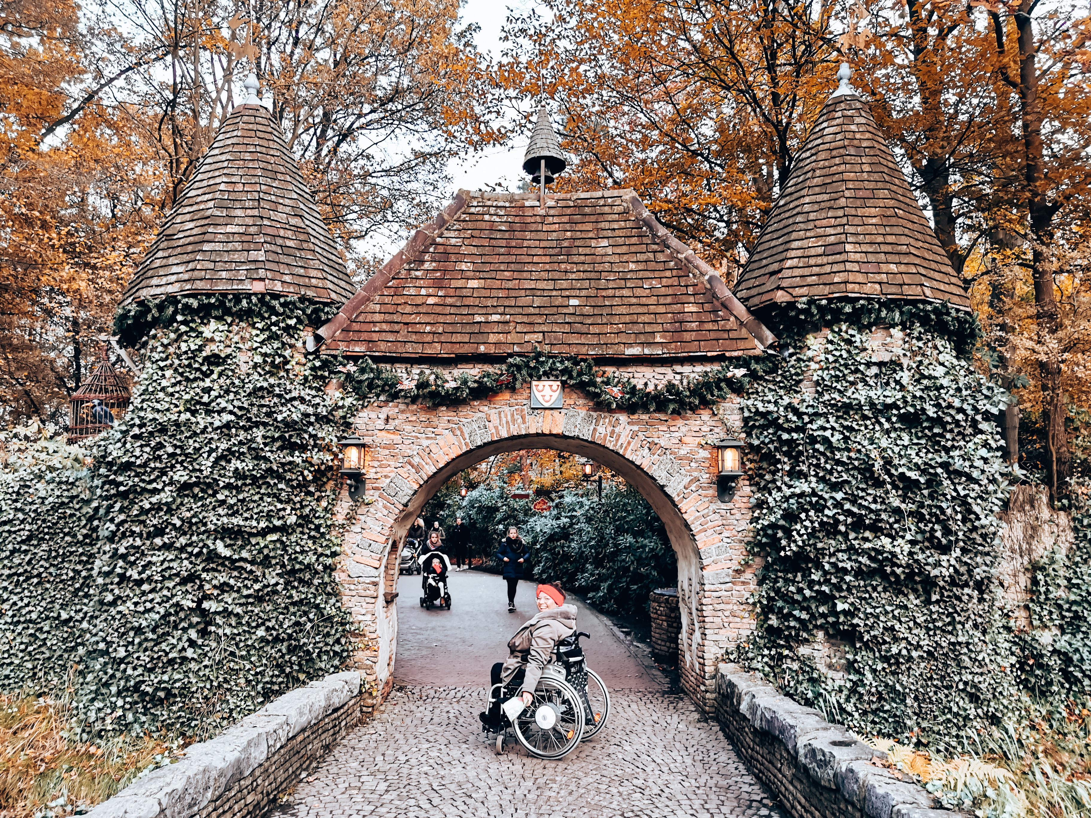 Mit Rollstuhl im Märchenwald